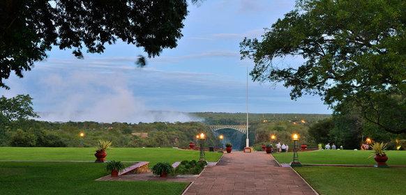 Vy mot fallen från Victoria Falls Hotel